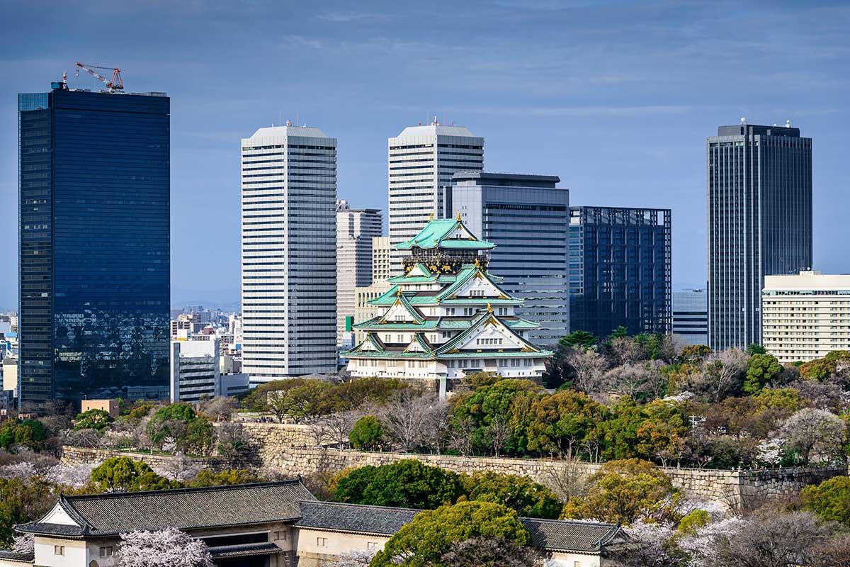 Sur fond de buildings modernes, le célèbre château d'Osaka